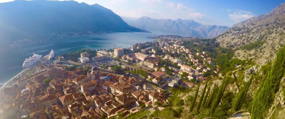 Blick von der Festung auf die Bucht von Kotor.
