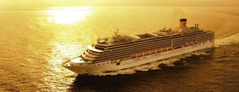 Kreuzfahrt: Schiff im Meer
