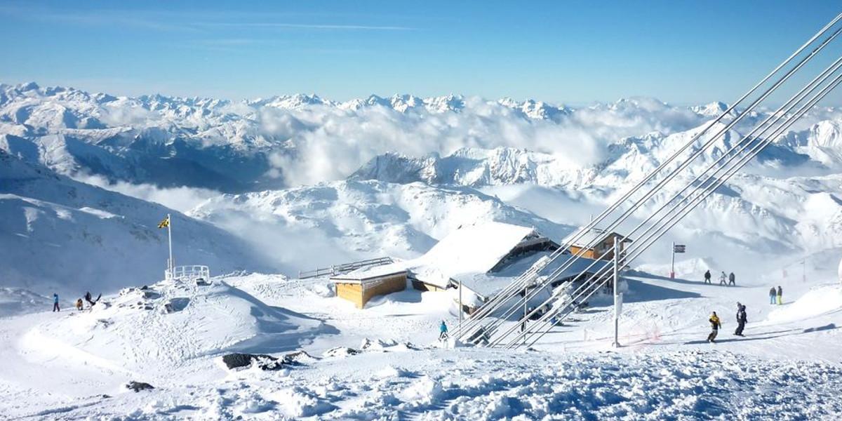 Winterurlaub: Ski fahren gehen in den Bergen
