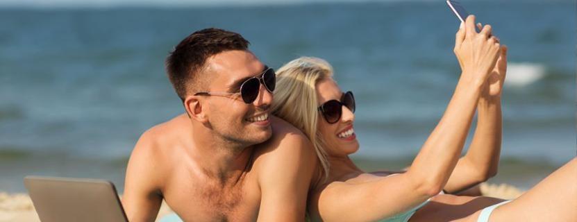 Pärchen am Strand macht ein Selfie