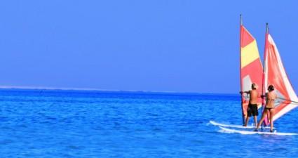 Strahlend blaues Meer und Sonne pur - Surfspots für den Winter