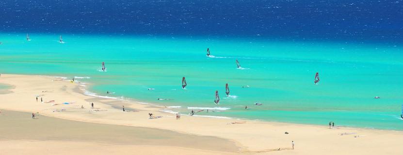 Urlaub auf Fuerteventura: Kitesurfen am Strand von Corralejo