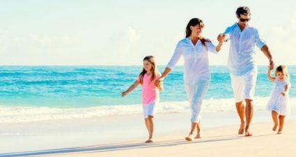 Im Urlaub: Familie am Strand