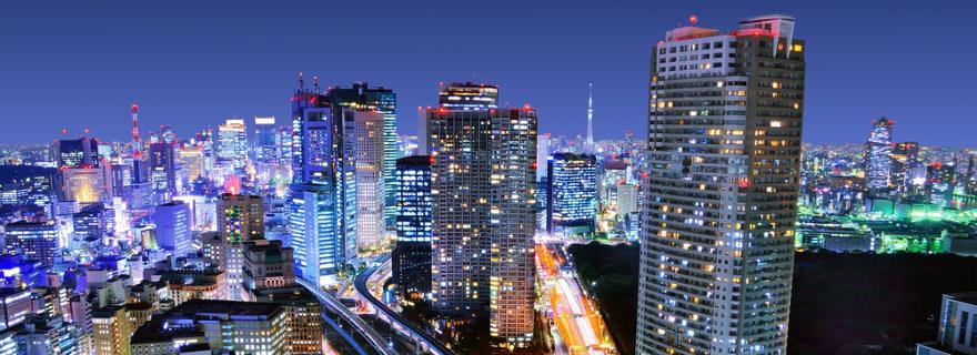 Metropole in Japan bei Nacht