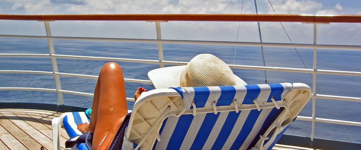 Entspannen auf dem Boot: Auf Kreuzfahrt mit FTI