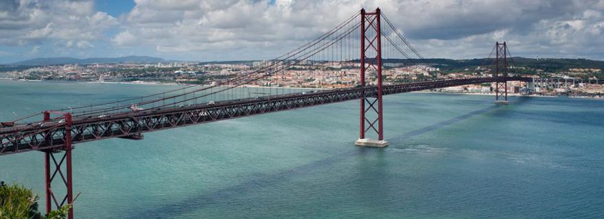 die Hängebrücke Ponte 25 de april