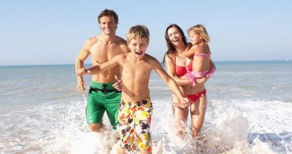 Familie mit Kindern am Strand