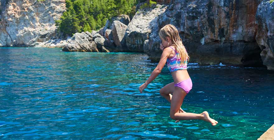 Kind springt in Kroatien ins Wasser