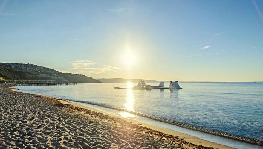 strand mit wasserhüpfburg im Meer