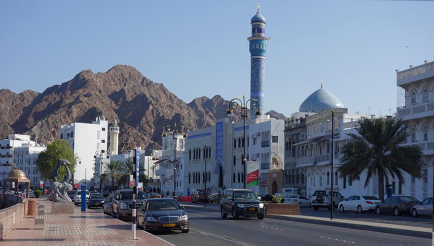 Straße in Muscat im Hintergrund ein Gebirge