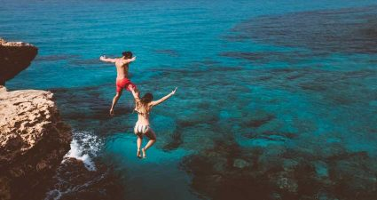 Klippenspringen springen ins Meer
