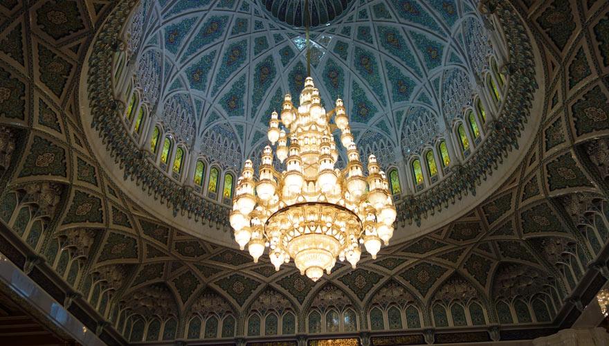 Kronlechter in der großen Moschee im Oman