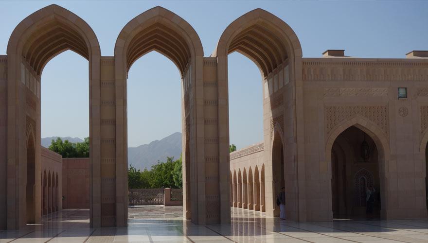 schöner Platz in der Sultan Quaboos Moschee im Oman