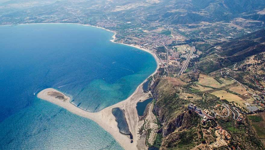 Strand bei Tindari auf Sizilien