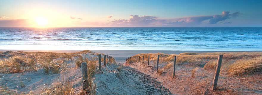Sonnenuntergang an einem Strand in Holland