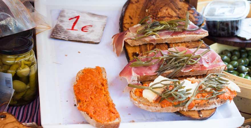 Spezialitaet auf mallorca Brot mit Oliven Käse und Speck