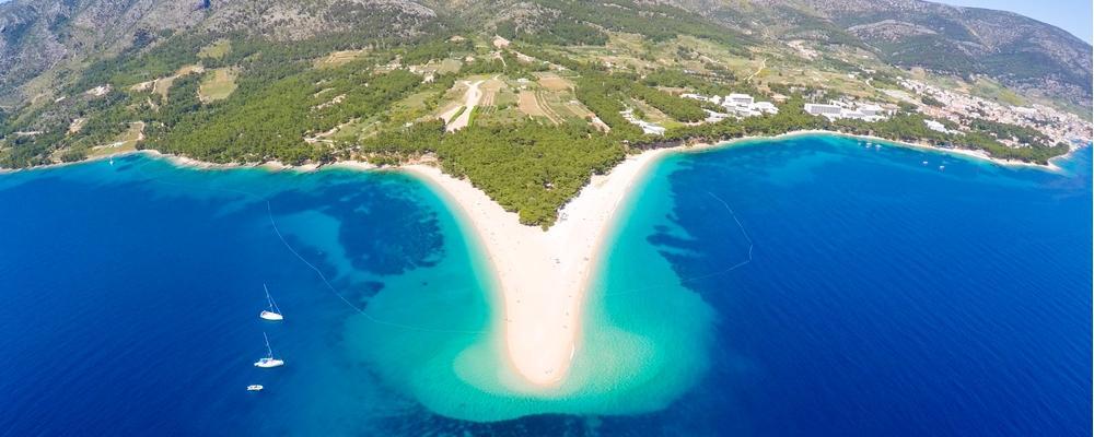 Der Strand goldenes Horn in Kroatien