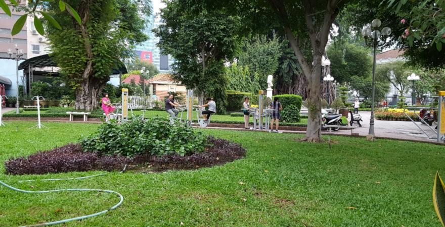 Grünanlage mit Sportgeräten in Vietnam
