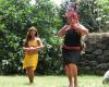 Einheimische Frauen tanzen in traditioneller Bekleidung