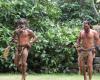 Einheimische Männer tanzen in traditioneller Bekleidung
