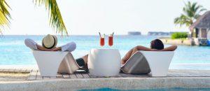 Entspannte Urlauber, die eine Pauschalreise gebucht haben
