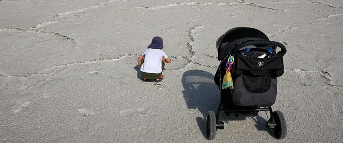 Mit dem Kind am Strand.