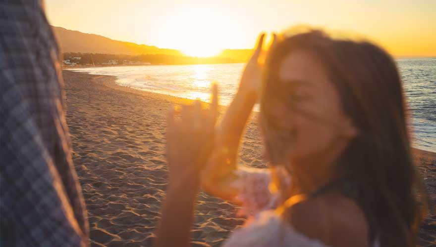 Frau feiert am Strand in malaga