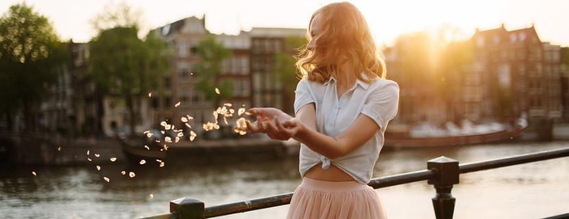 Frau an einem Fluss.