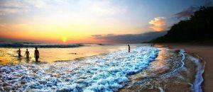 Badebucht bei Sonnenuntergang.