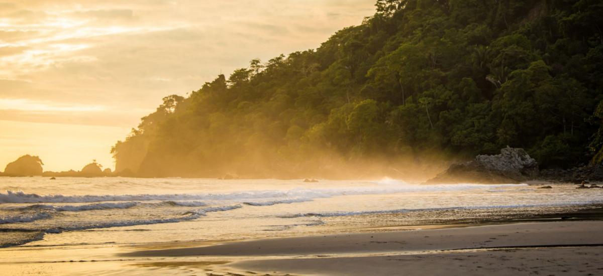 Einer der vielen Badestrände im Manuel Antonio Nationalpark
