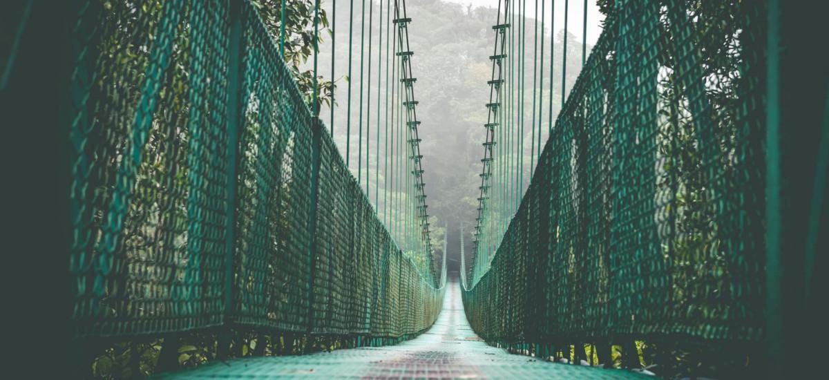 Eine Hängebrücke.