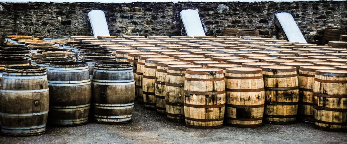 Alte Whiskyfässer.