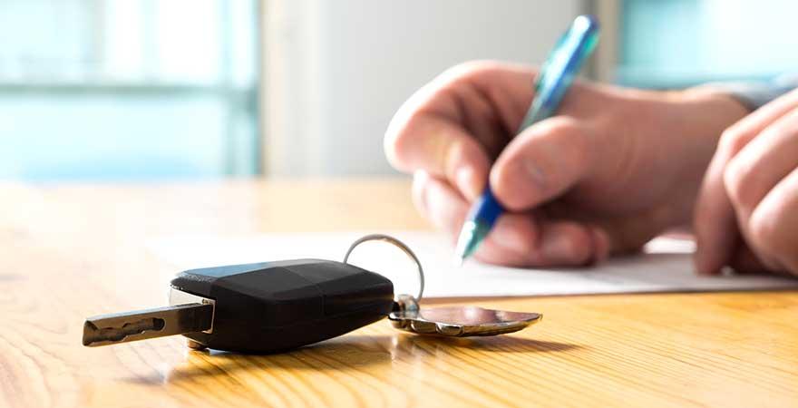 Mann unterschreibt Mietwagen Vertrag