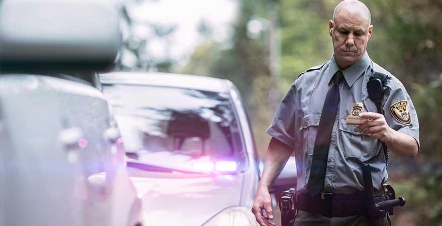 Polizist bei einer Verkehrskontrolle in den USA