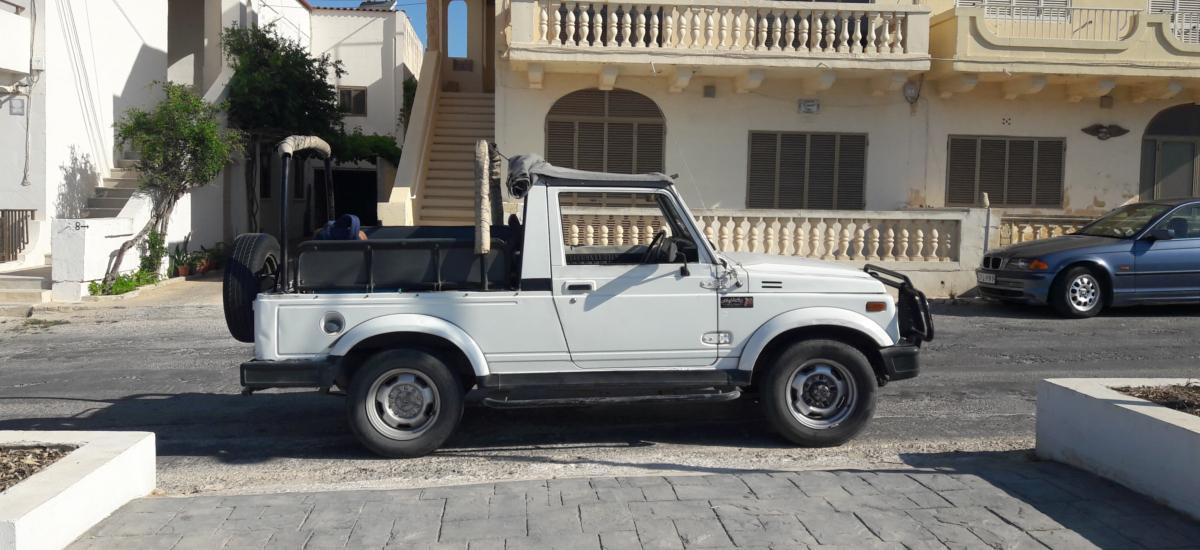 Weißer Jeep auf der Insel Gozo - Sehenswürdigkeiten-Hopping auf Malta