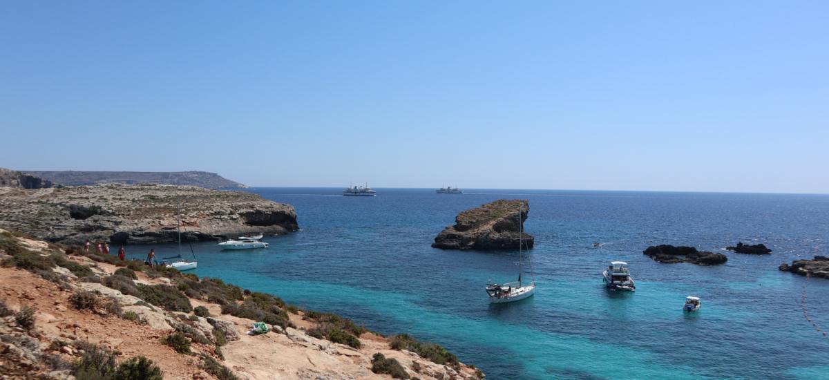 Boote und Yachten vor der Insel Comino - glasklares Meer - blaue Lagunen
