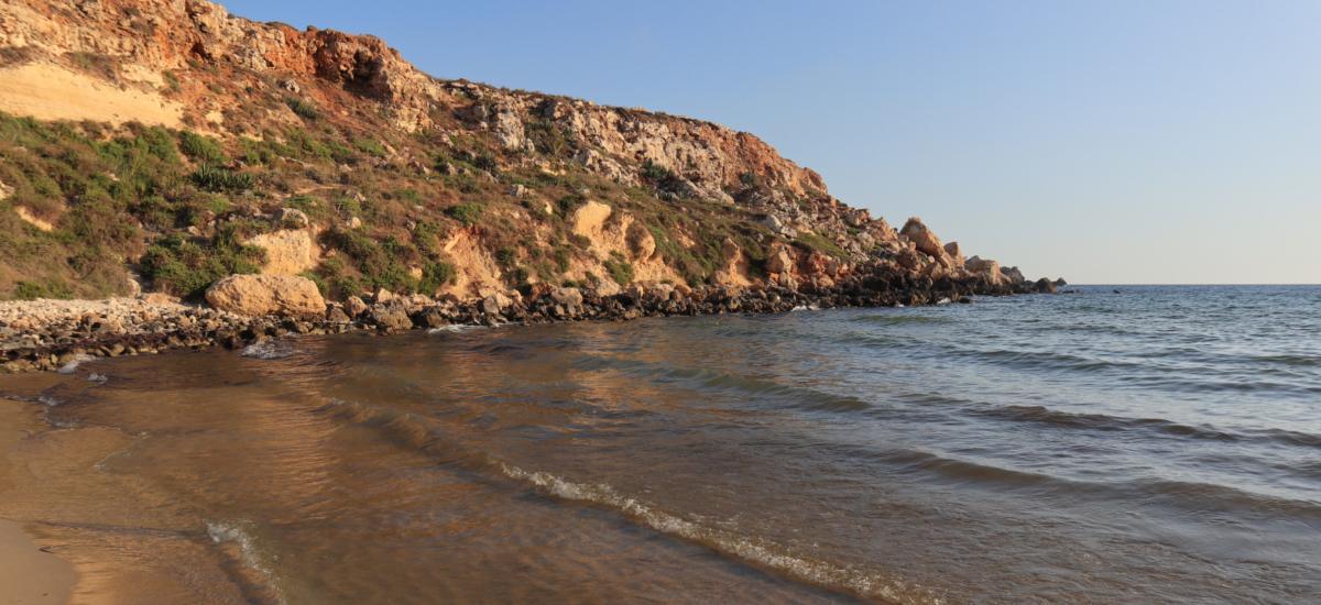 Goldener Sandstrand - auf Malta - mit dem schönsten Sonnenuntergang der Insel