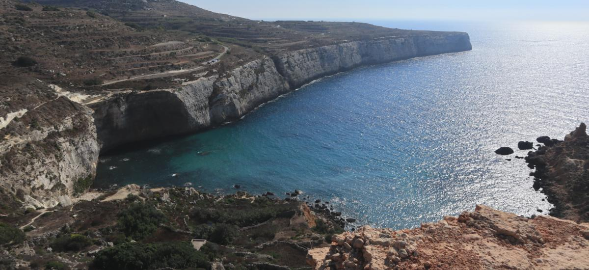 Blick auf die Bucht  mit steilen Klippen auf Malta