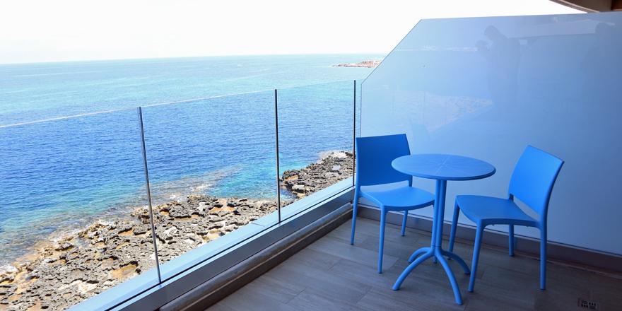 Der Ausblick vom Balkon einer Suite im Ramla Bay Resort auf Malta