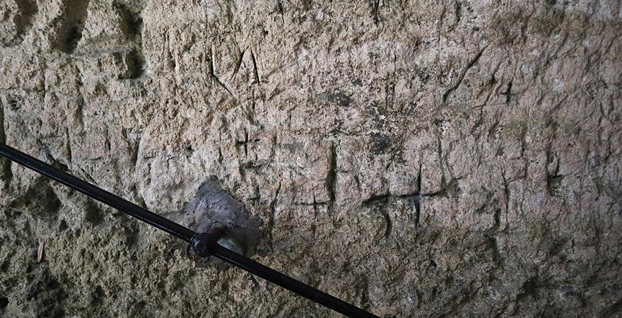 Kreuze in der Höhlenkapelle Il-Madonna tal-Ghar
