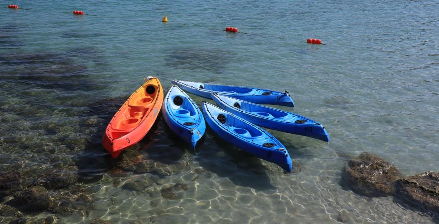 In der Paradise Bay könnt ihr euch Kajaks mieten, um damit die Bucht zu erkunden