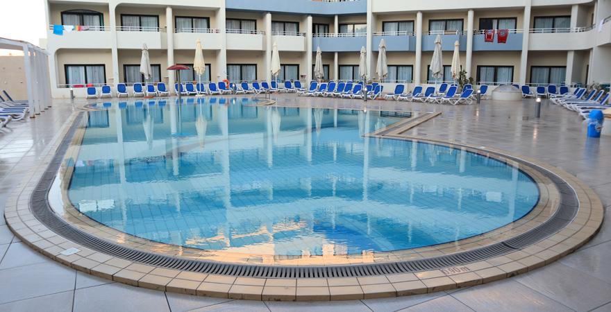 Poolbereich im LABRANDA Riviera auf Malta