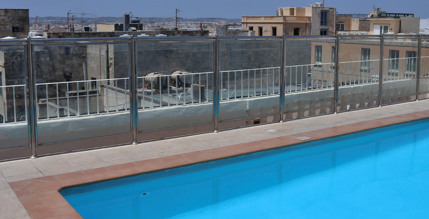 Pool auf der Dachterrasse des Osborne Hotels in Valletta
