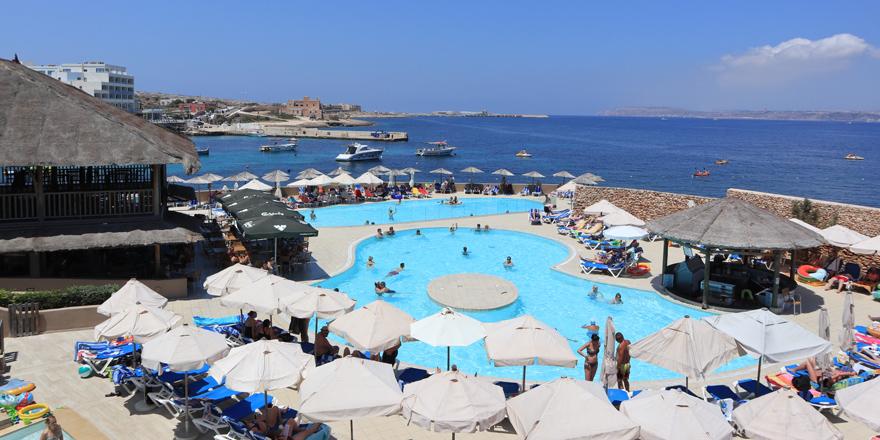 Der großzügige Poolbereich des Ramla Bay Resorts auf Malta