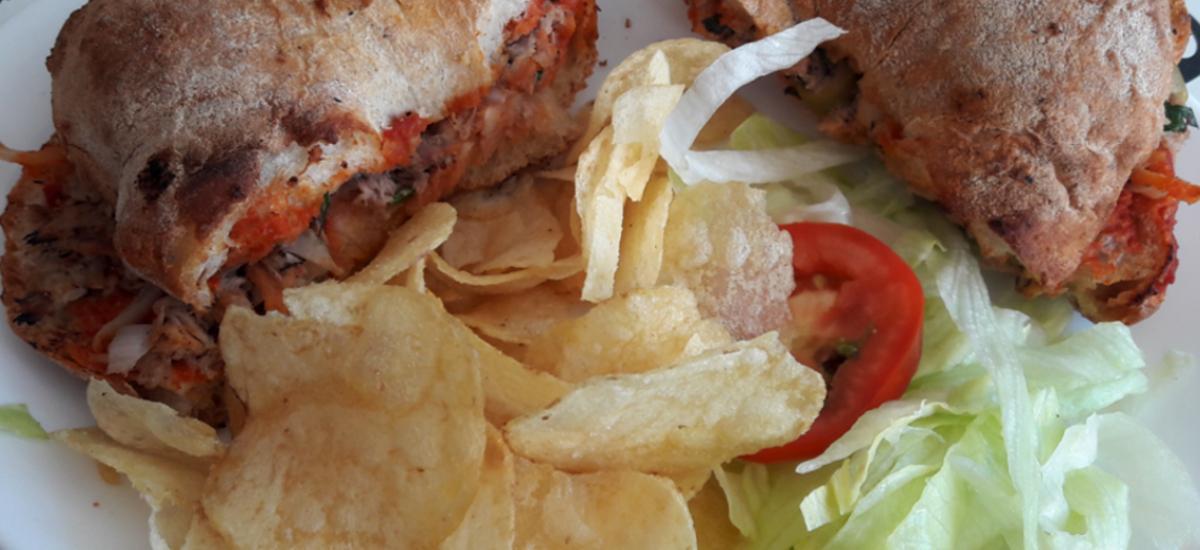 Maltesisches Gericht - Sandwich mit Chips und Salat