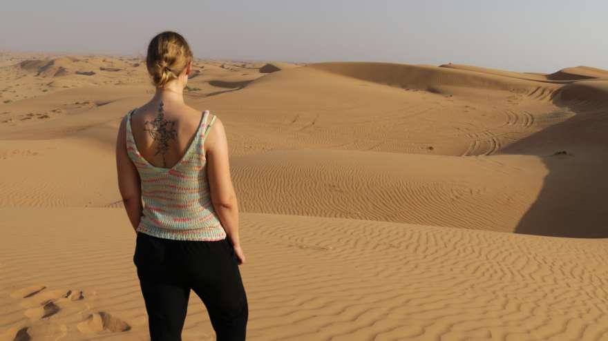 Frau bei einer Wüstensafari