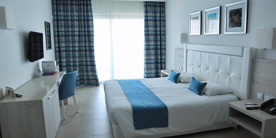 Schlafzimmer einer Suite im Ramla Bay Resort