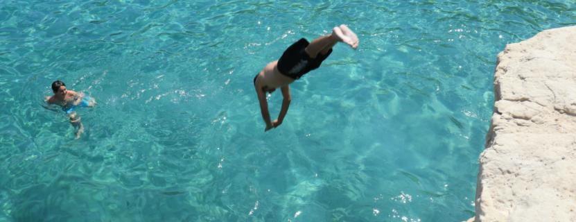 Klippen springen - Kalanka Bay - türkisblaues Meer - idyllische Bucht