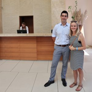 Andreas und Victoria in der Lobby des Ramla Bay Resorts