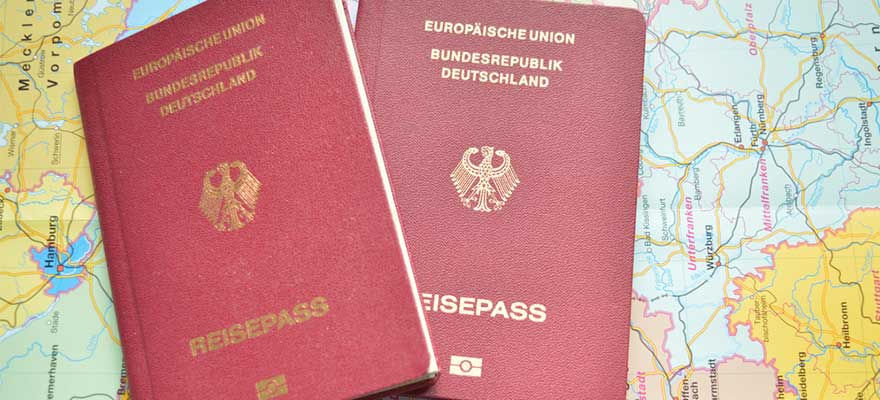Reisepass auf einer Landkarte